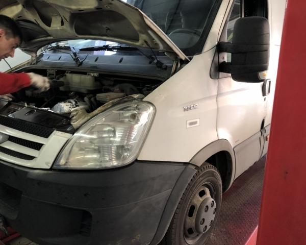 IVECO Daily 35C12 c открытым капотом на подъемнике в автосервисе Кубавто