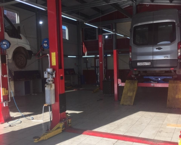 Ford Transit 2.2 передний привод 2015 на подъемнике в СТО Кубавто